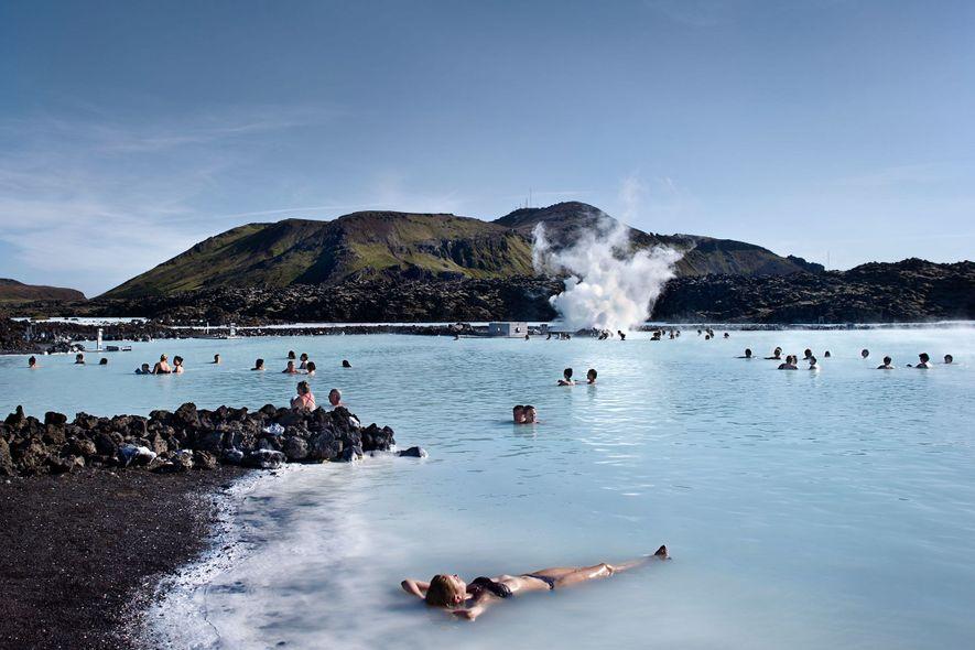 3. ISLAND Die Blaue Lagune bietet eine Möglichkeit, in den heilenden geothermischen Wassern Islands zu baden.