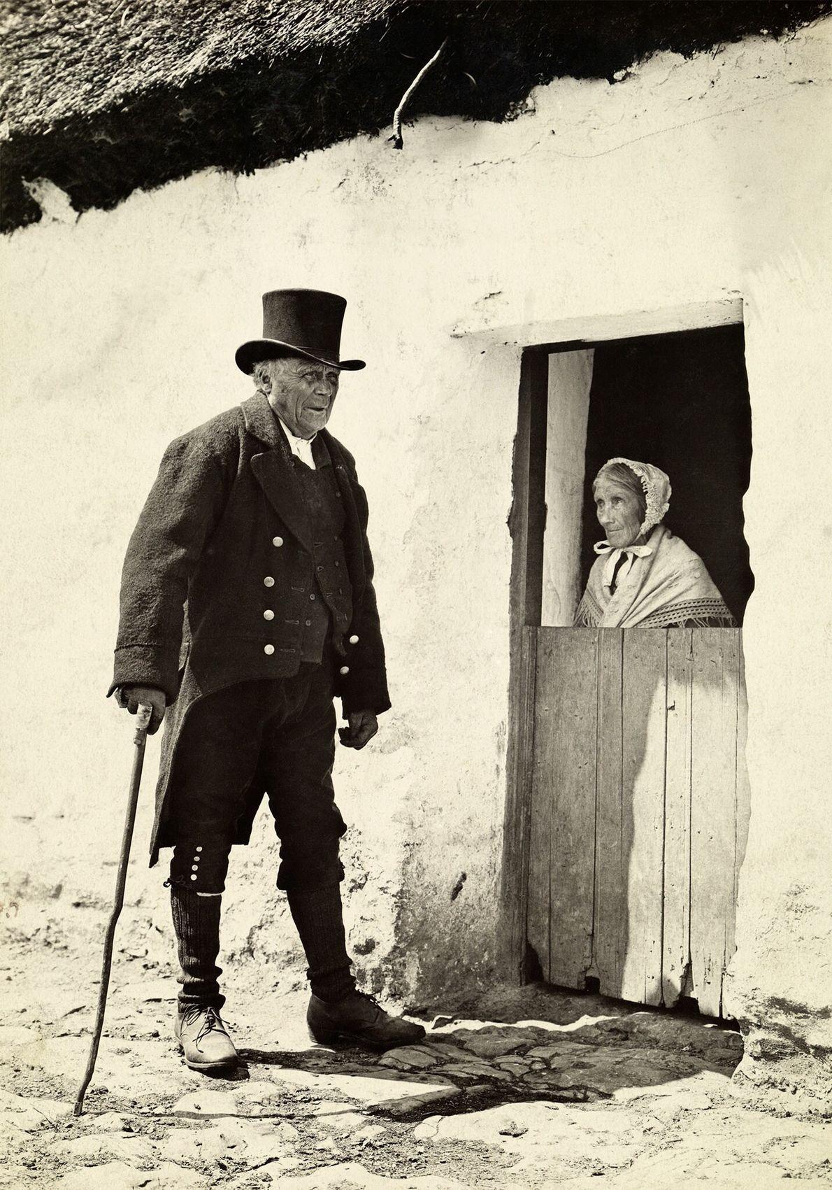 Auf der Insel Inishakra, die zu den irischen Aran-Inseln gehört, sind 1915 Schuljungen in Wollunterröcken gekleidet.