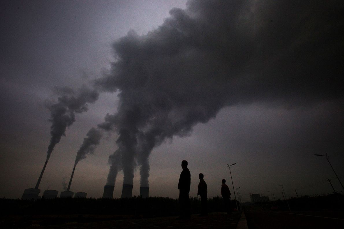 Rauch quillt aus den Schornsteinen des Kohlekraftwerks in Shizuishan, China.