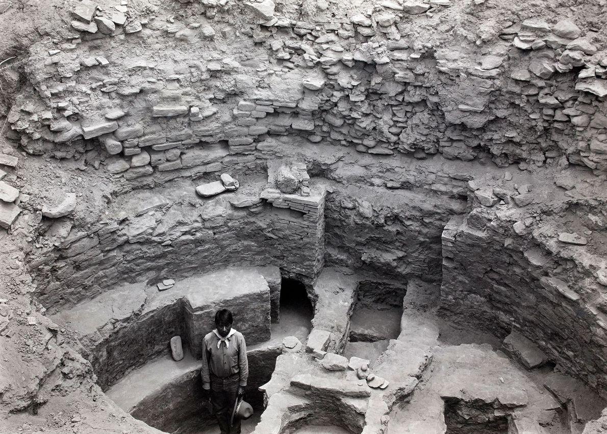 Eine ausgegrabene Feuerstelle und ein zeremonieller Eingang in Pueblo Bonito.