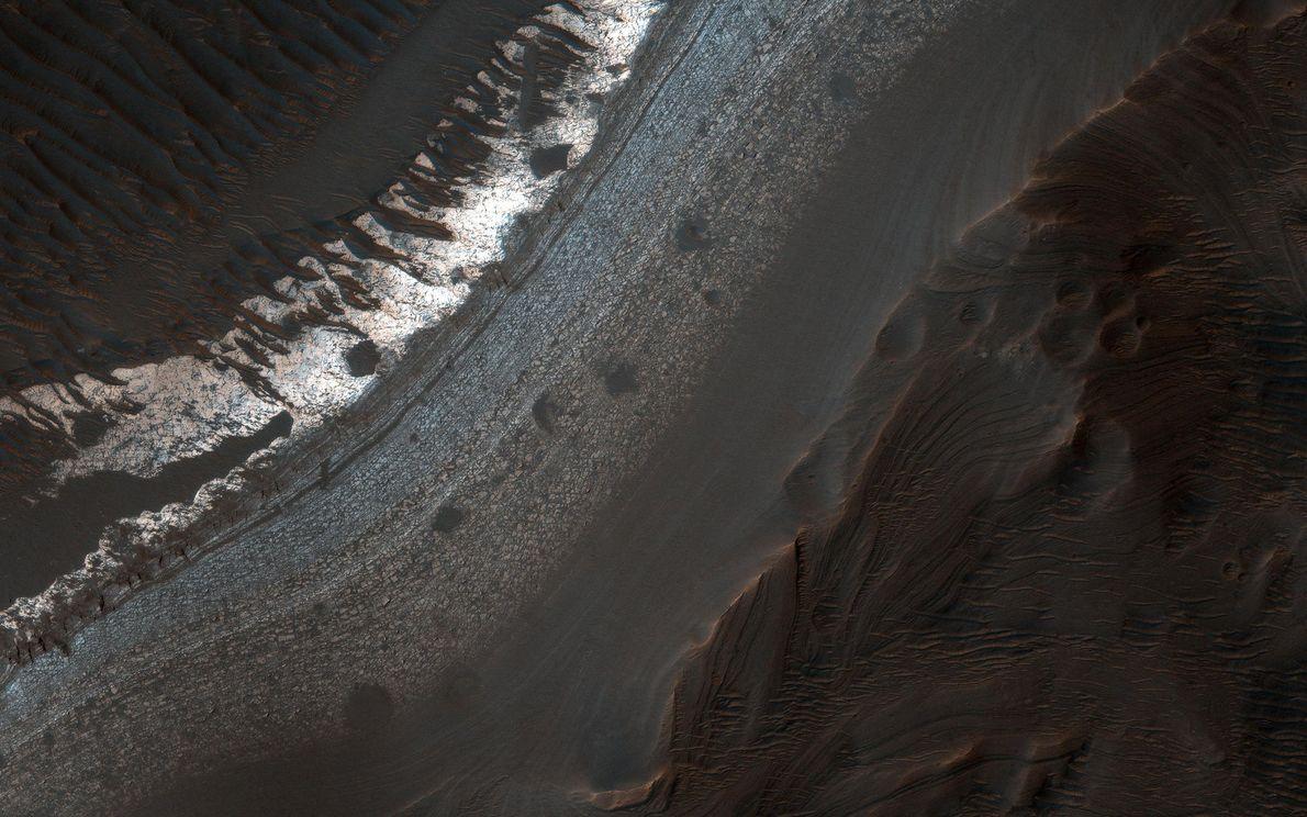 Der Holden-Krater im südlichen Margaritifer Terra weist etliche Anzeichen dafür auf, dass er einst Wasser führte. ...