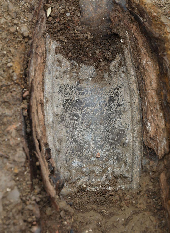 Es war reiner Zufall, dass Flinders sterbliche Überreste unter den Tausenden nicht identifizierbarer Gräber gefunden wurde. ...