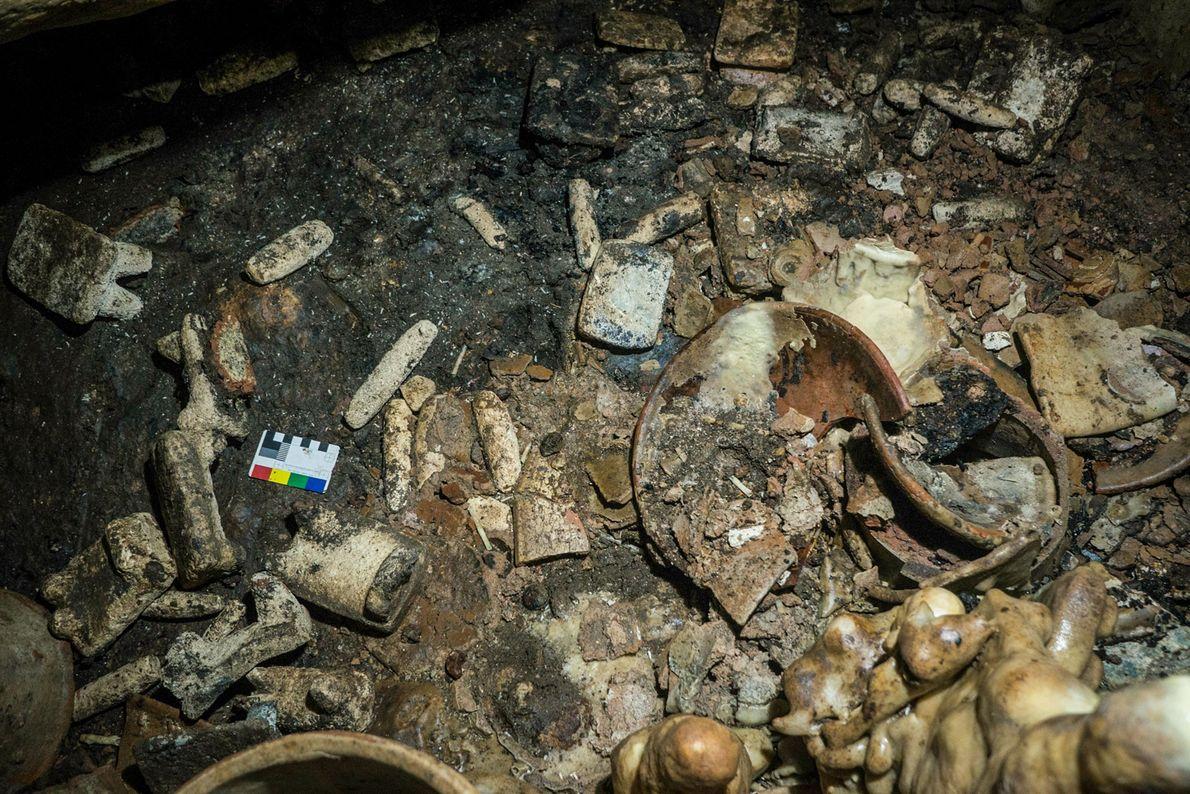 Unter den Gegenständen, die bisher in Balamku gefunden wurden, befinden sich Teller, Mahlsteine, Spinnwirteln und Objekte ...