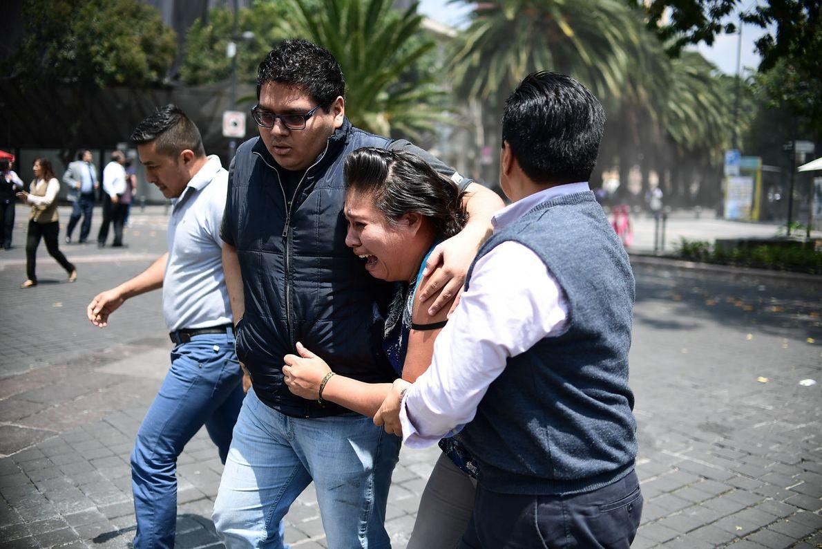 Eine Frau weint, nachdem die Hauptstadt von einem Beben erschüttert wurde. Das ganze Ausmaß der Schäden ...