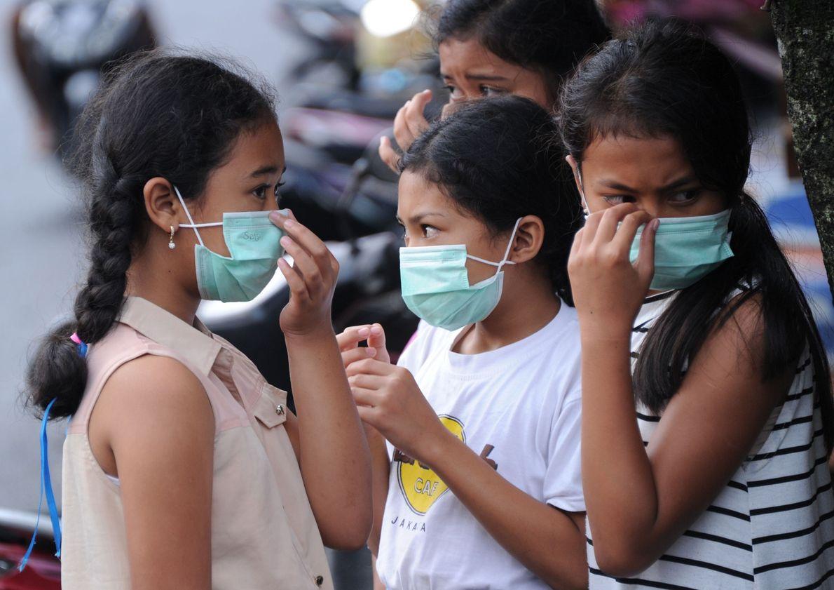 Kinder tragen Masken