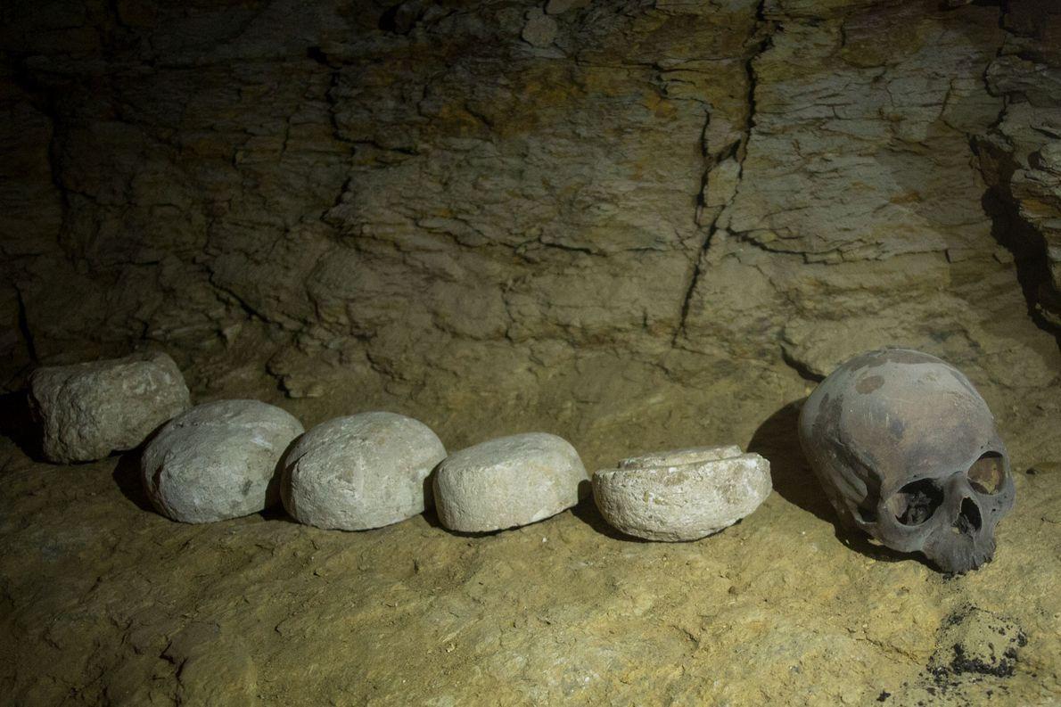 Bei den Mumien wurden Gefäße gefunden, die mumifizierte Organe und andere menschliche Überreste enthalten.
