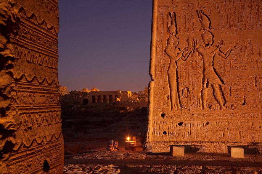 Auf diesem Relief sind Kleopatra und ihr Sohn Caesarion abgebildet, dessen Vater der römische Imperator Julius ...