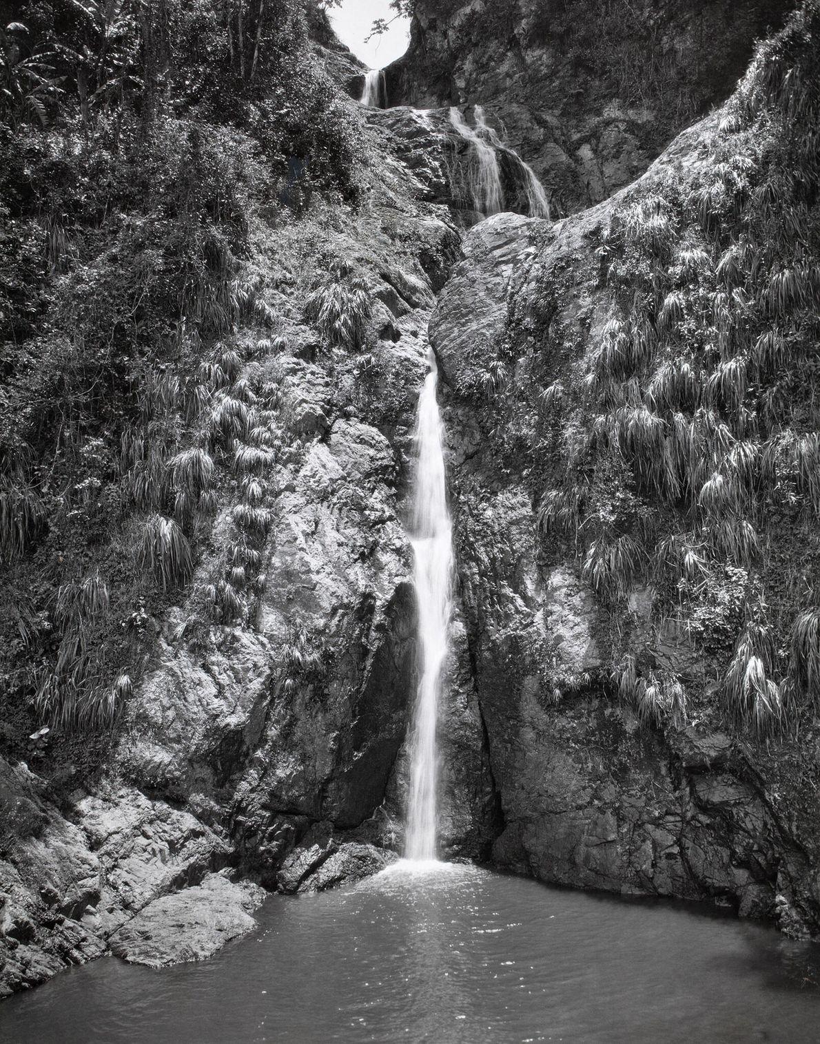 In der Gemeinde Villalba füllt ein Wasserfall einen kleinen See.
