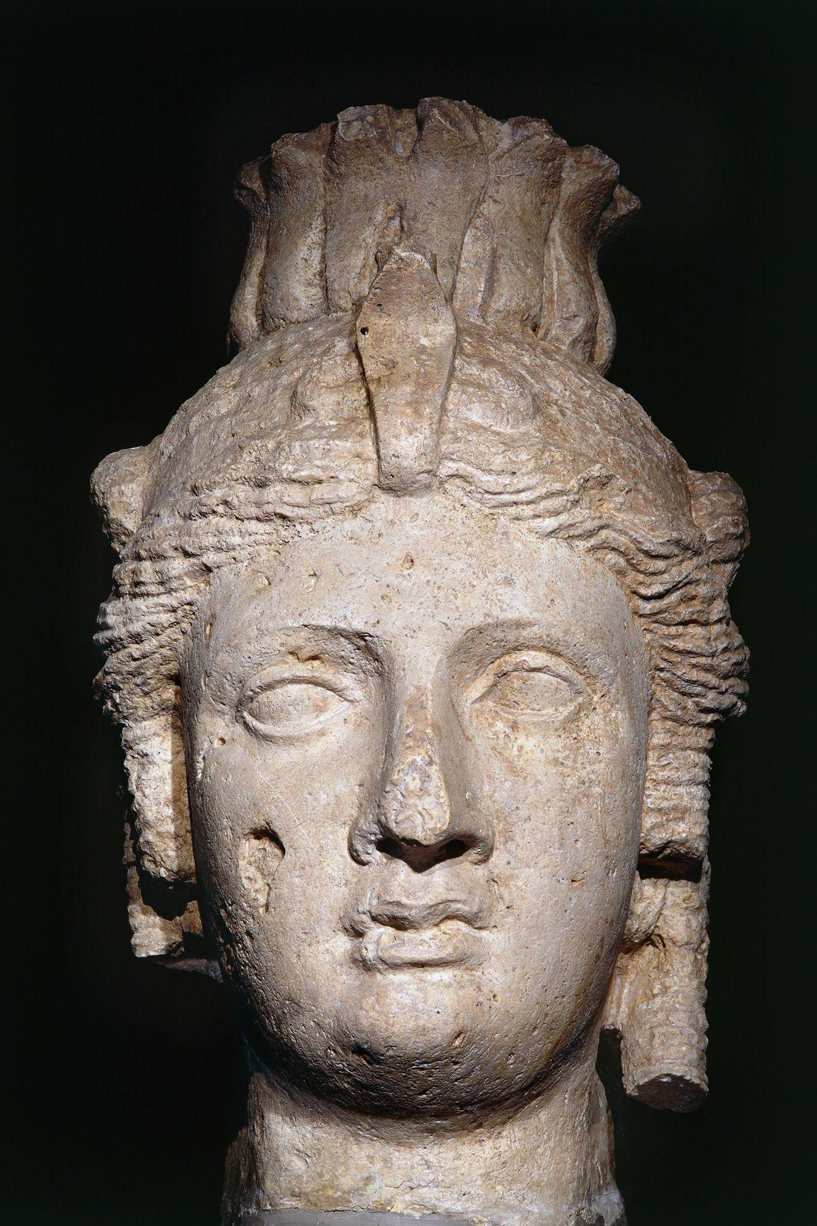 Dieser Kopf aus Kalkstein zeigt entweder Kleopatra I. oder ihre Tochter Kleopatra II., die ebenfalls eine ...