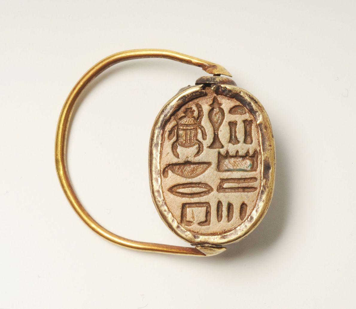 """Ein Ring, der auf eine Zeit nach 1292 v. Chr. datiert wurde, trägt folgende Inschrift: """"Mögest ..."""