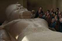 Museumsbesucher bewundern die riesige Steinfigur von Ramses II.