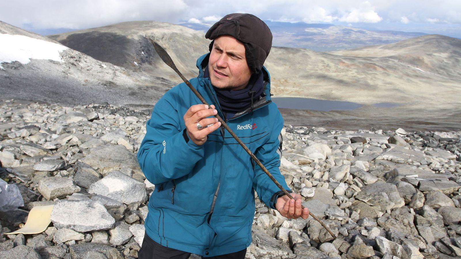 Ein Archäologe hält einen circa 1.400 Jahre alten Pfeil hoch. Er ging vermutlich während der kleinen ...
