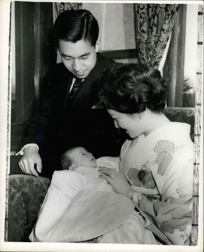 Der Kronprinz Naruhito mit seinen Eltern im Jahr 1960. Sein Vater, Kaiser Akihito, dankte am 30. ...