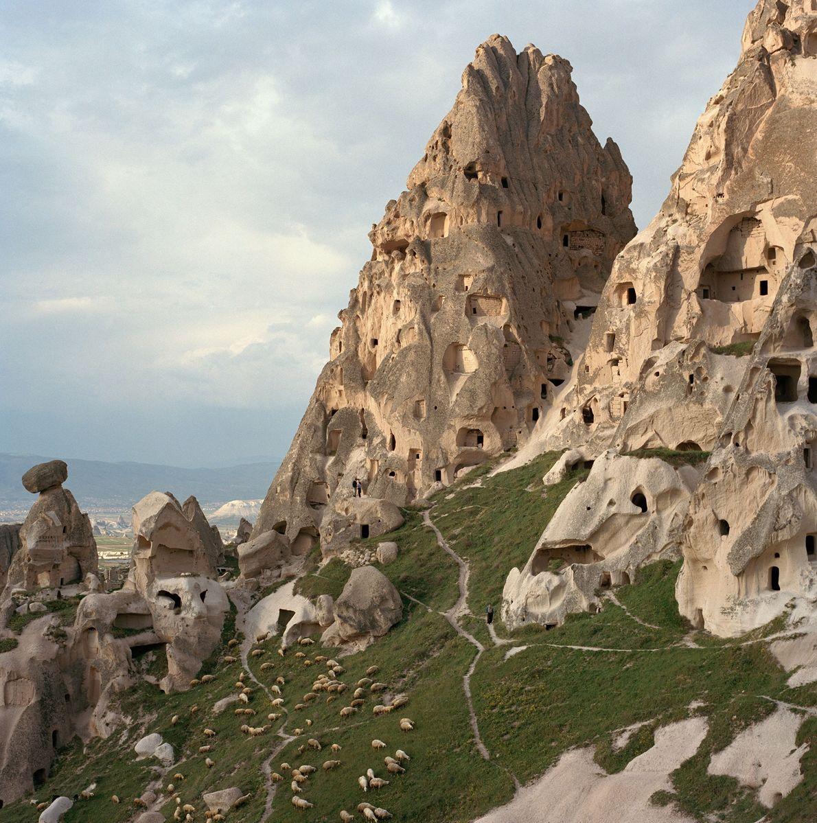 """Die berühmten """"Feenkamine"""" im türkischen Kappadokien sind von Höhlen durchzogen, die in den frühen Jahrhunderten des ..."""