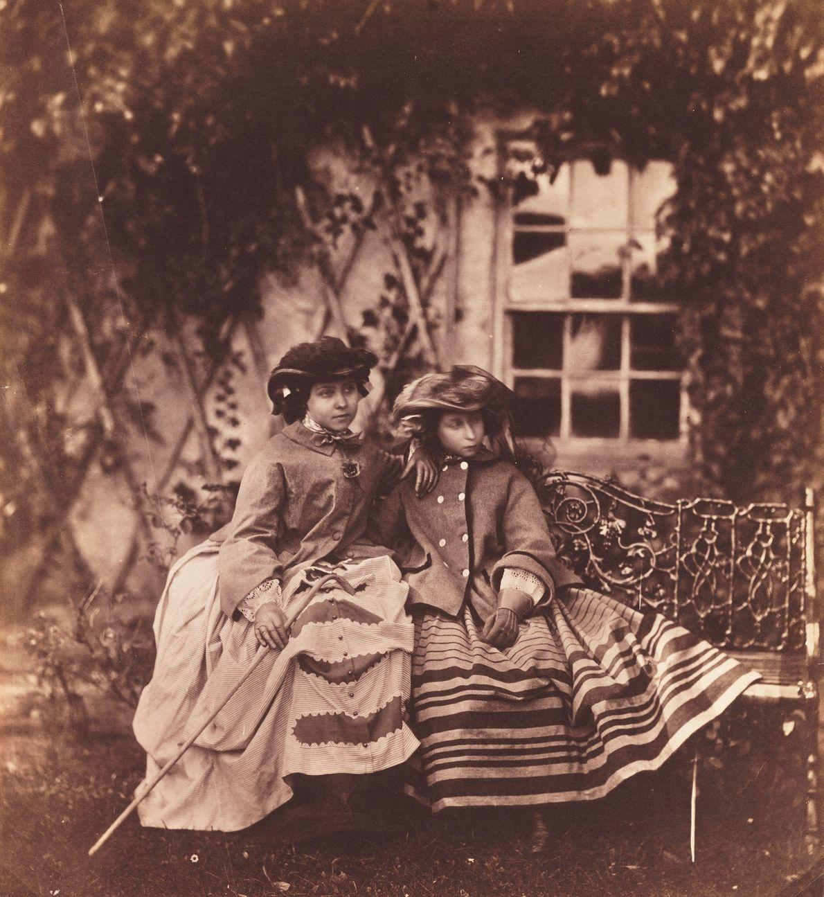 Prinzessin Viktoria (links) und Prinzessin Alice (rechts)