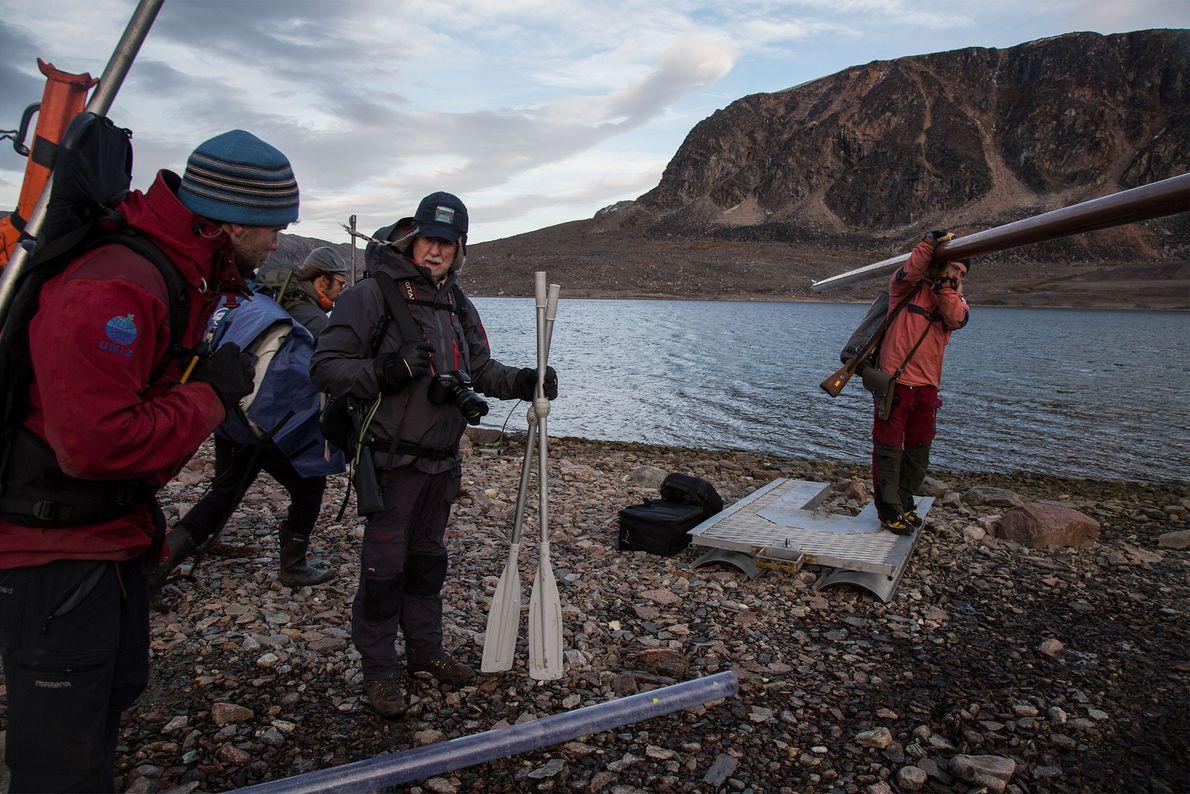 Das Wisschaftler-Team sammelt in der Innvika-Bucht alles an Ausrüstung zusammen, was sie tragen können und transportiert ...