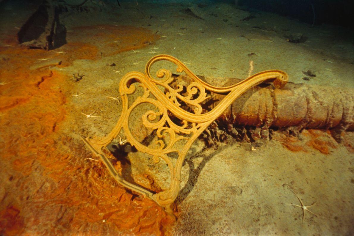 Ein Seitenrahmen einer Bank, die ehemals auf einem Deck der Titanic stand.