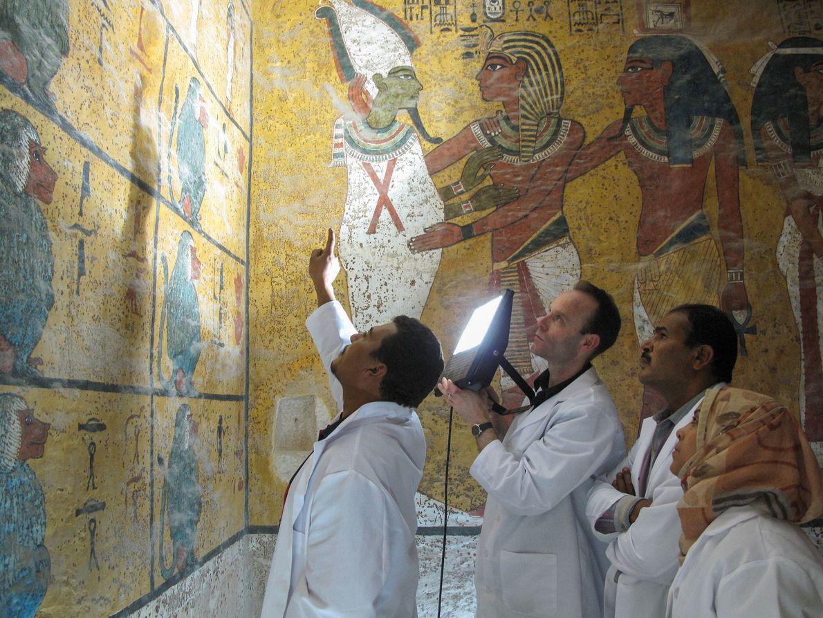Forscher untersuchen die 3.300 Jahre alten Wandbilder in Tutanchamuns Grab.