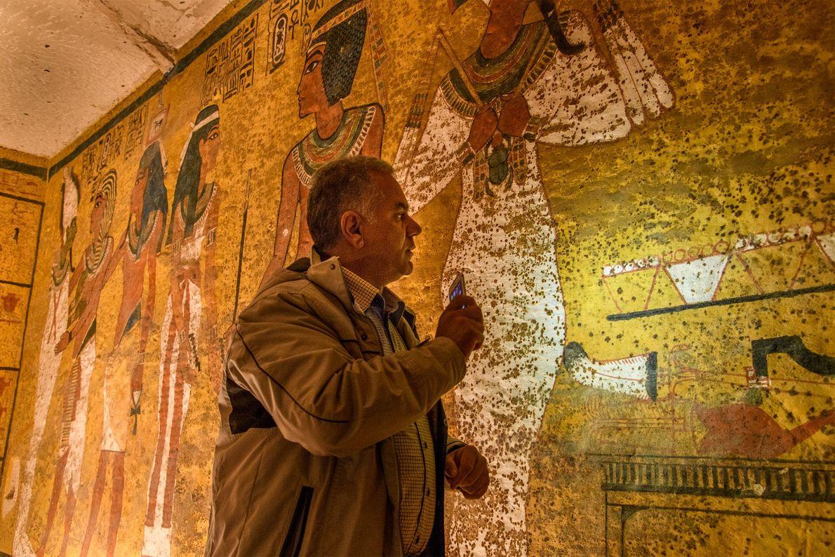Professor Mamdouh El Damaty untersucht beim dritten Radarscan die Nordwand des Grabs.