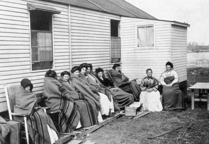 Mallon (vierte von rechts) war mehr als ein Drittel ihres Lebens zusammen mit anderen Patienten in ...