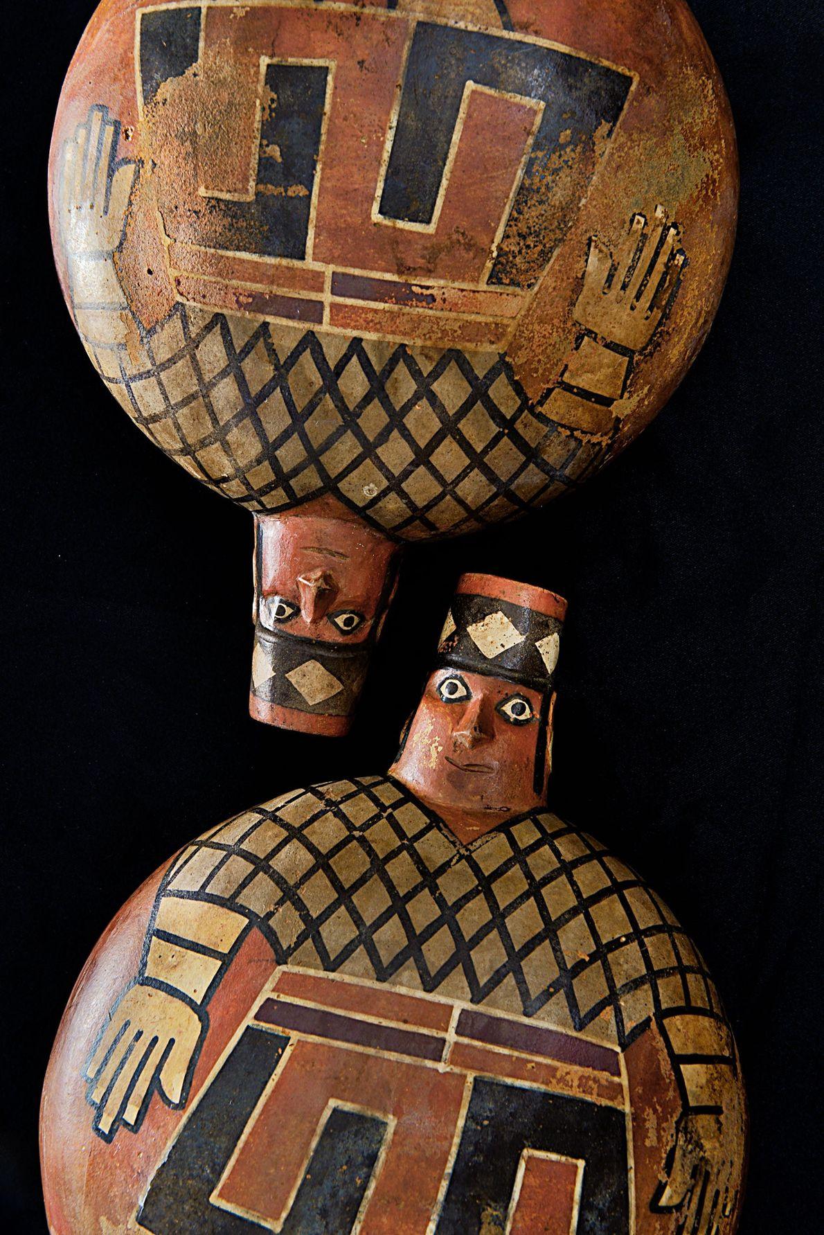 Diese bemalten Gefäße stellen Herrscher der Wari dar und wurden in dem Grab El Castillo de ...