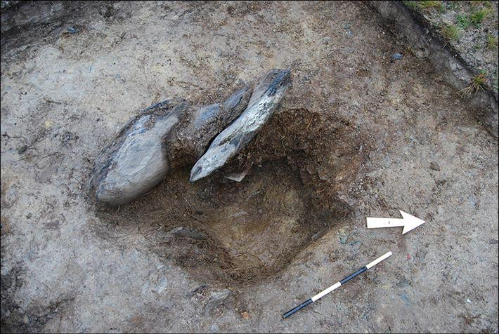 Ein freigelegter Steinsockel von Waun Mawn.
