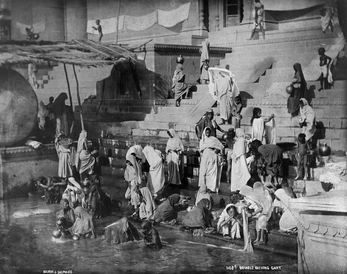 Varanasi, festgehalten auf dieser National Geographic-Aufnahme von 1907, ist seit mindestens 3.000 Jahren bewohnt und die …