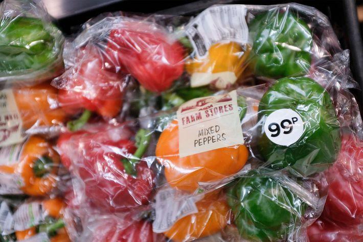 Diese in Plastik verpackten Paprika wurden im Norden Londons verkauft. Aber 42 Unternehmen – die insgesamt ...
