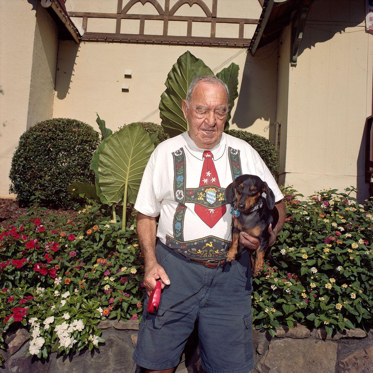 Mann mit  Shirt mit Lederhosenprint