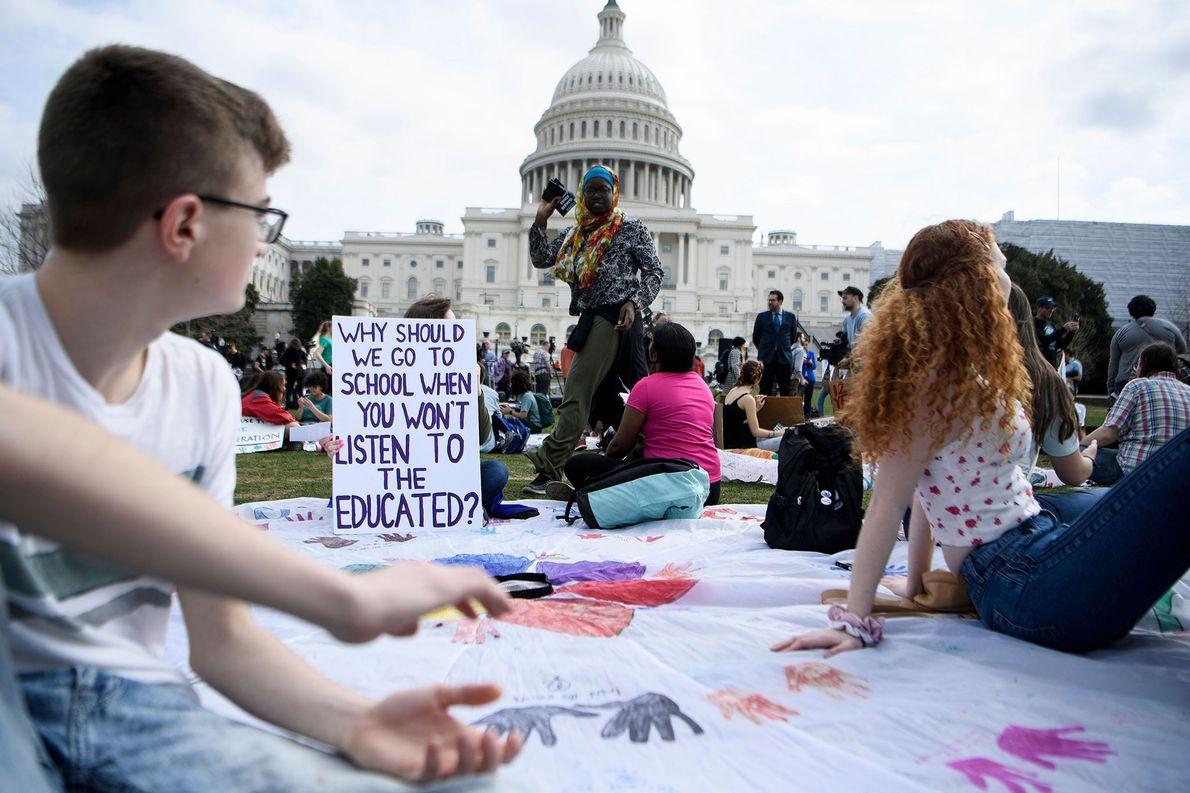 Vor dem Kapitol in der US-Hauptstadt Washington, D.C., bereiten junge Streikteilnehmer ihre Schilder vor und bemalen ...