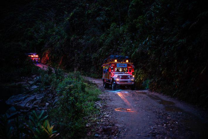 """Eine """"Chiva"""" bringt die Forscher und ehemaligen FARC-Rebellen von Anorí nach La Tirana, wo die eigentliche ..."""
