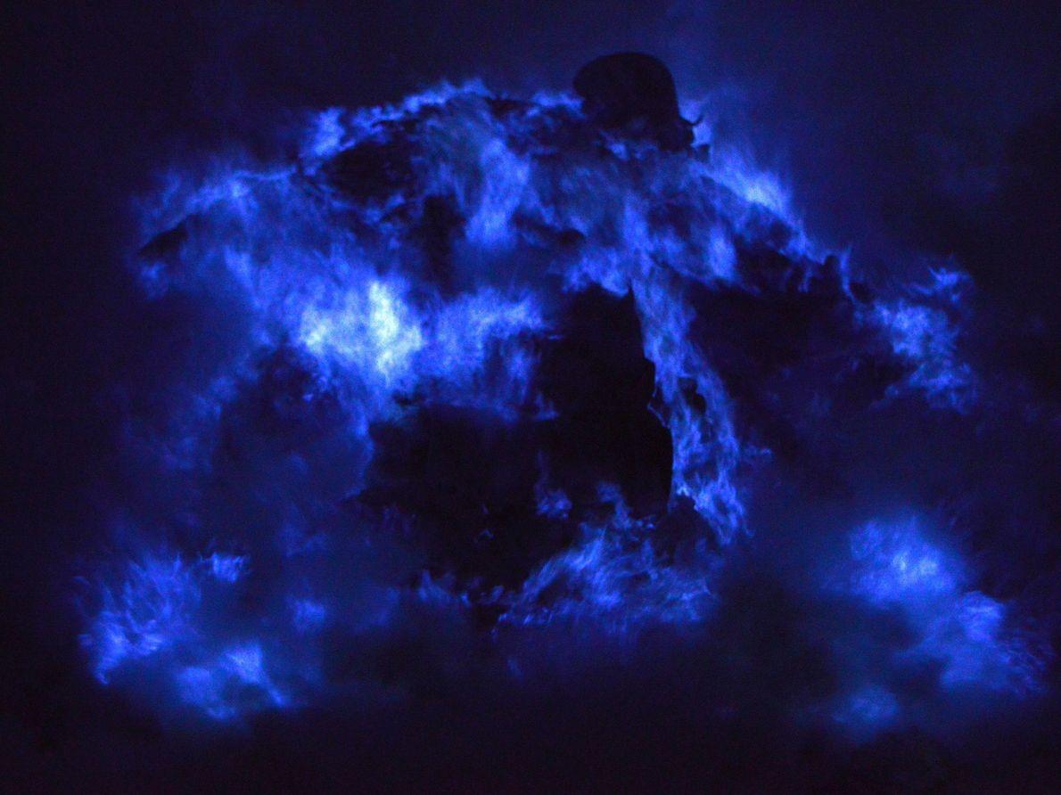 Der Krater des Kawah Ijen in Indonesien erschafft durch den Ausstoß von Schwefel eine einzigartige Lichtshow. ...