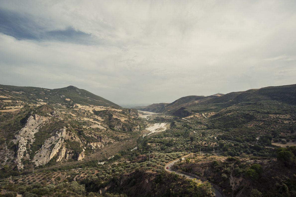 Ein Blick in die Landschaft des Nationalparks Pollino zeigt, dass die Region bereits von Menschen erschlossen ...