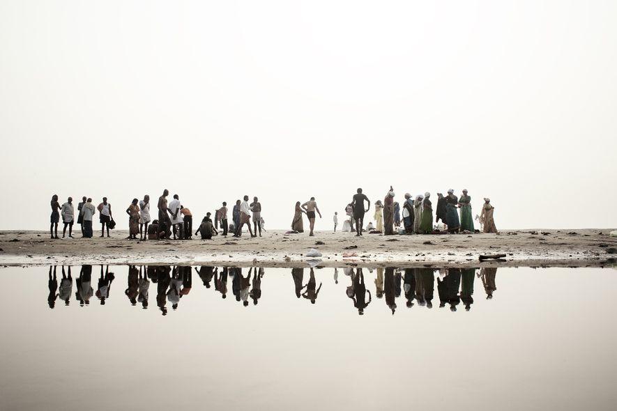 Am Ufer des Ganges bereiten sich Hindus darauf vor, im Wasser des heiligen Flusses zu baden.