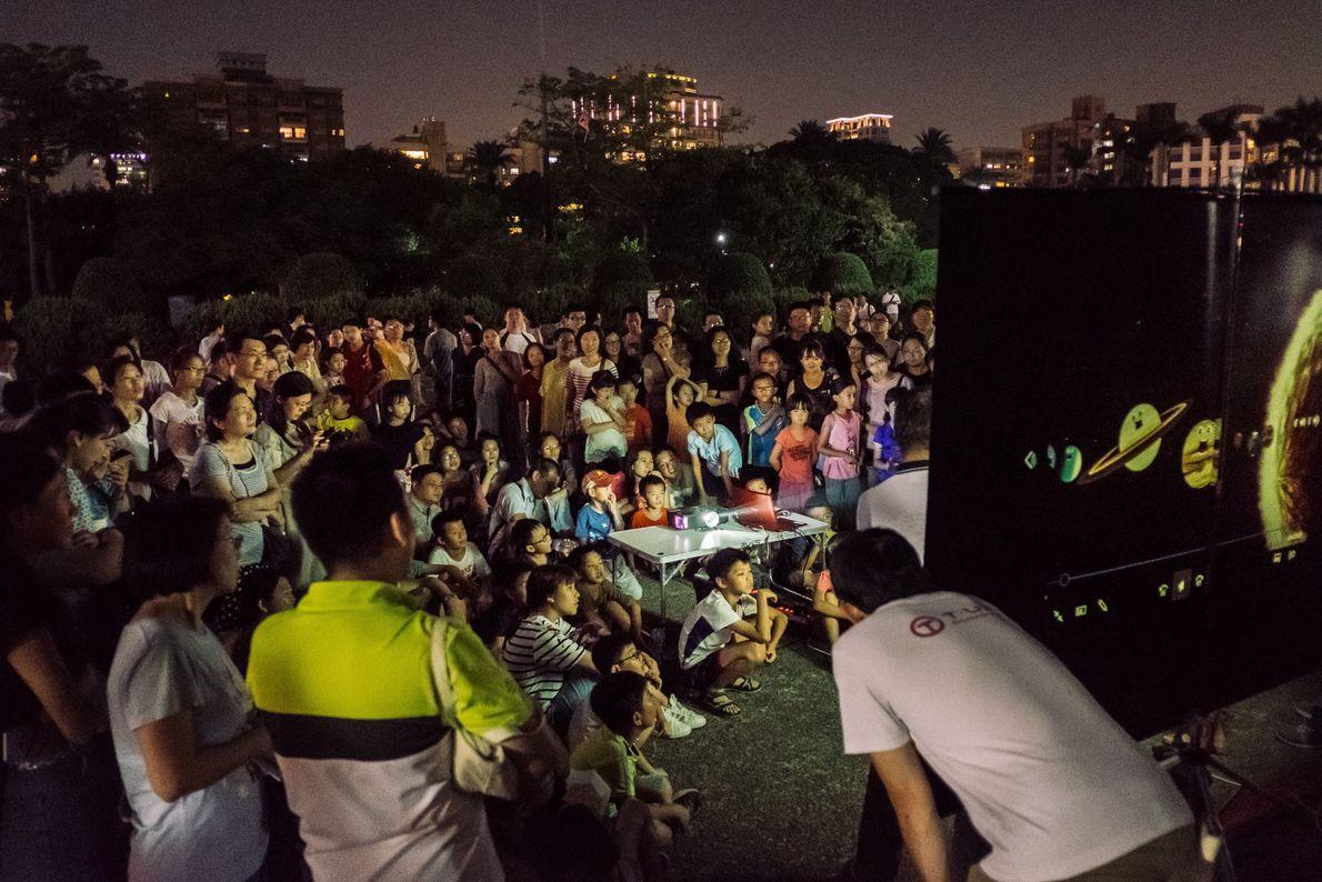 Am 27. Juli lauschen Menschen im taiwanesischen Taipei einer Präsentation über Mondfinsternisse.