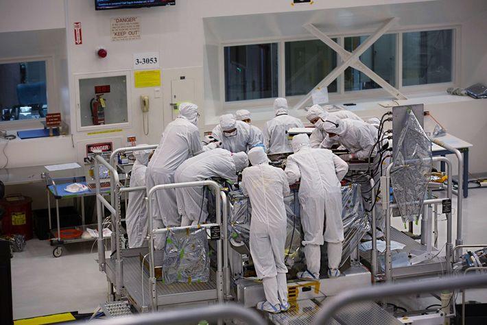Wissenschaftler arbeiten am Mars2020 Rover im kalifornischen Jet Propulsion Laboratory der NASA.