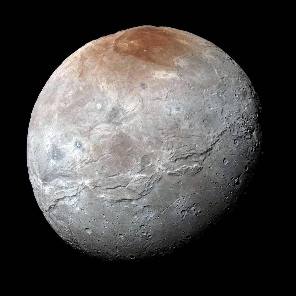 Plutos größter Mond Charon, hier zu sehen auf einem farbverstärkten Bild von New Horizons, weist an ...