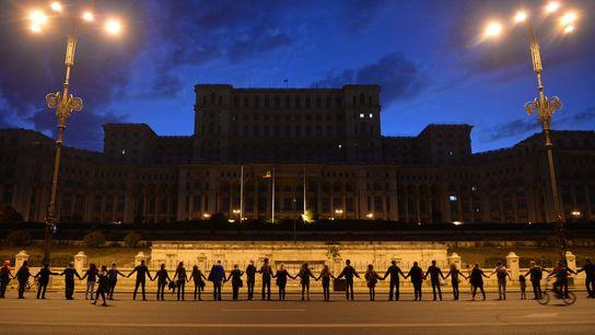 Am 21. September 2013 bildeten Protestierende eine Menschenkette um das rumänische Parlamentsgebäude. Sie protestierten gegen den ...