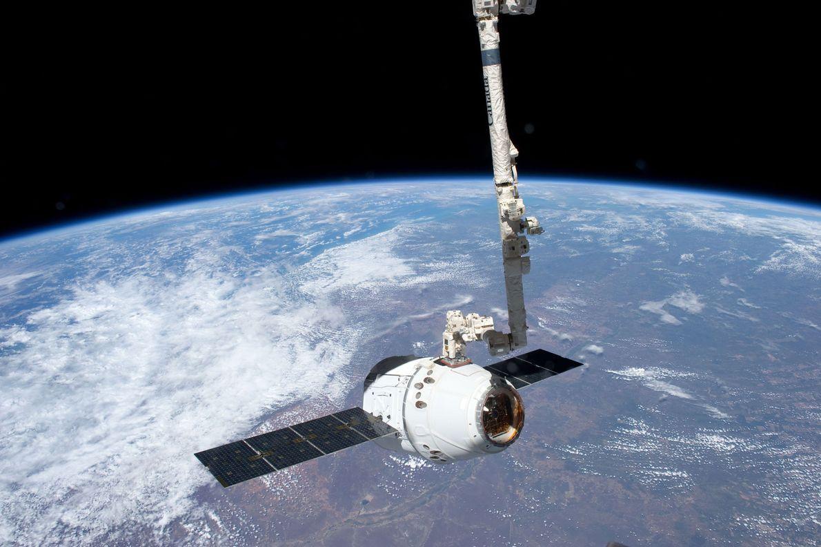 Am 25. Mai 2012 dockte die Dragon-Kapsel vor dem malerischen Hintergrund unseres Planeten an die ISS ...
