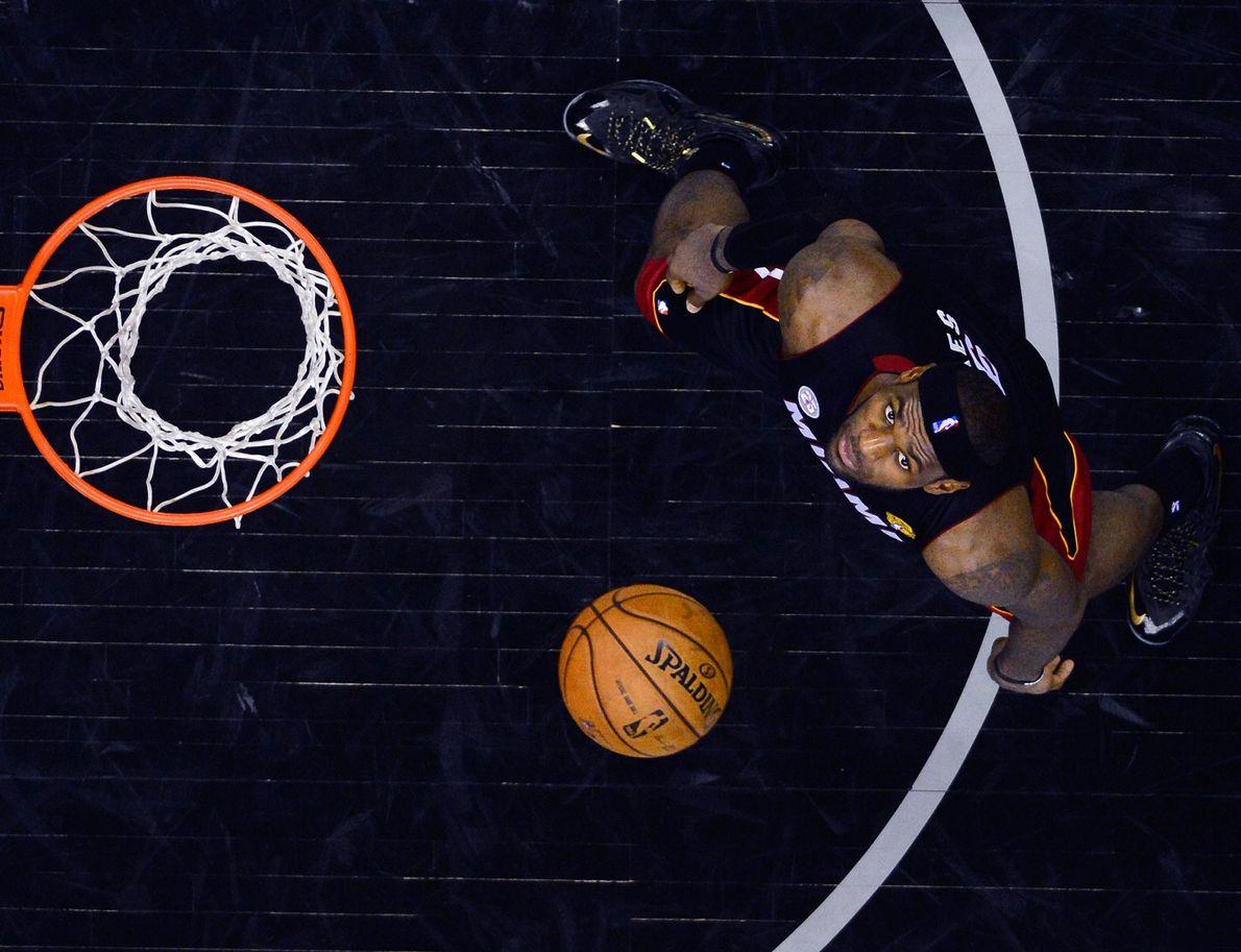 LeBron James schläft um die zwölf Stunden pro Tag, was wohl auch zu seinem Erfolg auf ...
