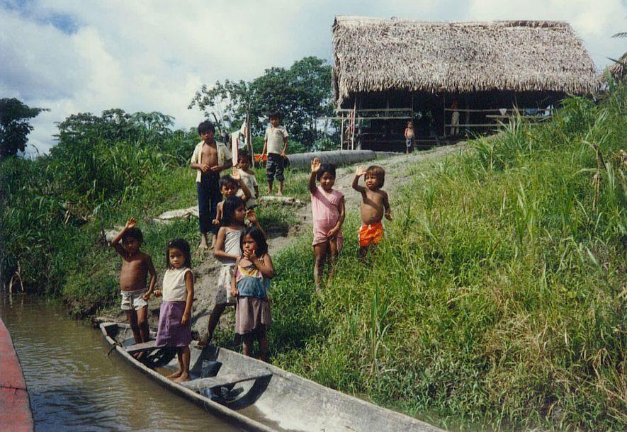1987 mietete Podell ein Lastenkanu und fuhr den Amazonas hinunter. Er hielt in diesem Dorf an einem Nebenfluss des Stroms rund 160Kilometer von Iquitos, Peru entfernt.