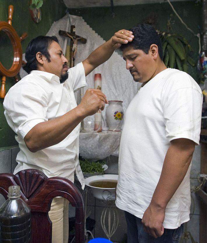 Ein Medizinmann in Catemaco, Mexico, führt ein Ritual durch, um einen Mann von bösen Kräften zu ...
