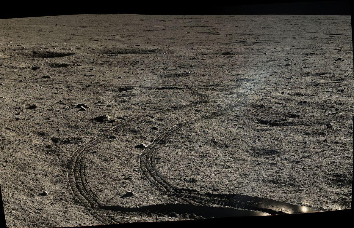 Bild von Fahrzeugspuren des Mondrovers Yutu