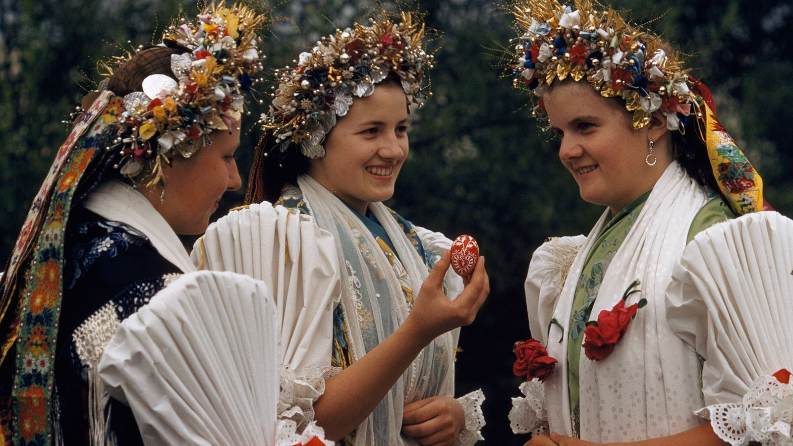 Junge Frauen in traditioneller Tracht