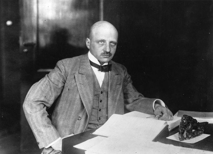 Fritz Haber gewann 1918 den Chemie-Nobelpreis, da seine Erfindung eines Prozesses zur Herstellung von künstlichem Dünger ...