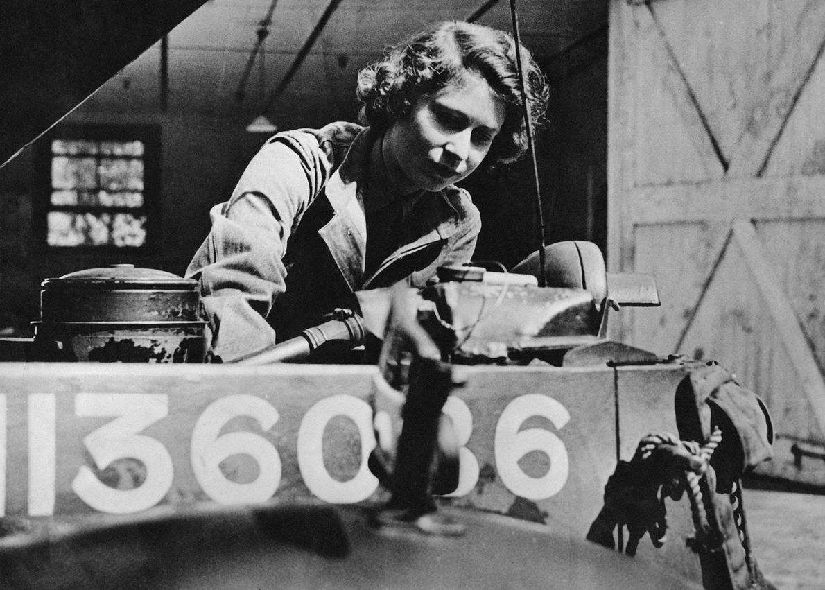 Bild von Prinzessin Elisabeth, die sich 1945 als Mechanikerin im Auxiliary Territorial Service übt