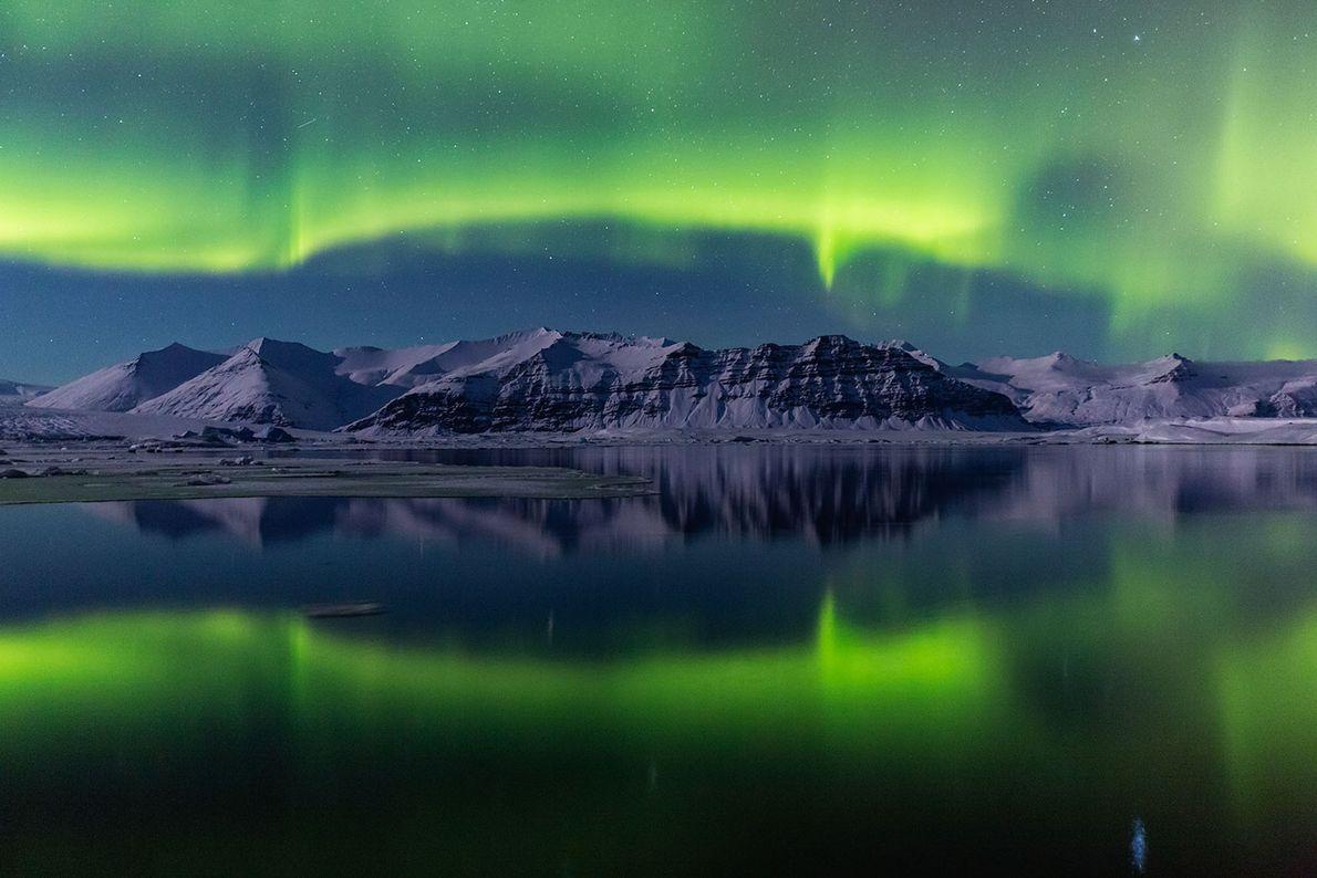 Grün erleuchtete Gletscherlagune
