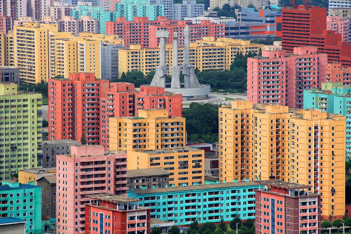 PJÖNGJANG, NORDKOREA Bunte Gebäude stehen rings um das Monument zur Gründung der Partei der Arbeit Koreas ...