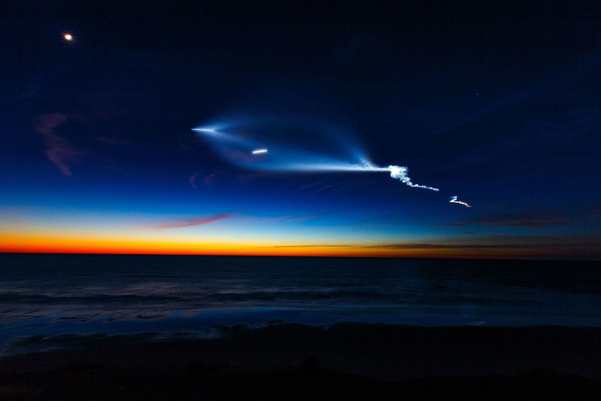 Eine Falcon-9-Rakete von SpaceX mit zehn Kommunikationssatelliten zieht im Süden Kaliforniens über den Himmel.