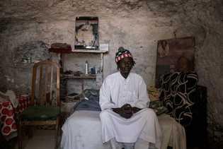 Mbacke sitzt auf seinem Bett in Sacromonte, wo er nun seit etwa zwei Jahren lebt.